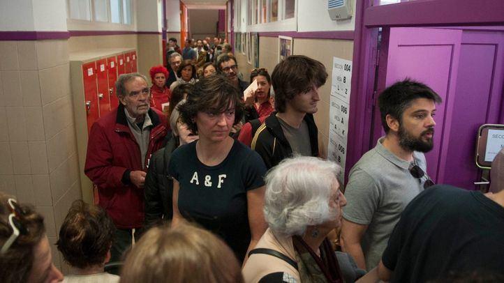 Madrileños esperando a votar.