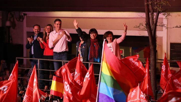 El presidente de Gobierno y líder del PSOE, Pedro Sánchez, sale al balcón de Ferraz