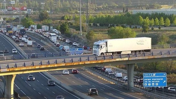 Cortada la A4 a la altura de Madrid tras el vuelco de un camión con fruta en sentido entrada.