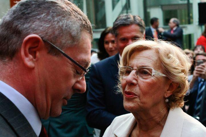 Alberto Ruiz Gallardón saluda a la alcaldesa de Madrid, Manuela Carmena. Foto de archivo.