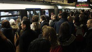 Los maquinistas de Metro convocan paros durante del Puente de Mayo para protestar por la presencia de amianto y la falta de trenes que provoca aglomeraciones en los andenes y hacinamiento en los vagones.