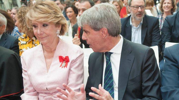 Ángel Garrido charla con la expresidenta de la Comunidad Esperanza Aguirre.