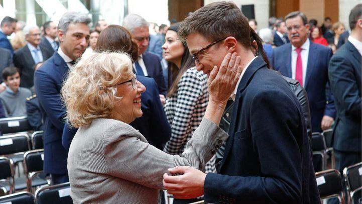 La alcaldesa de Madrid, Manuela Carmena, saluda al candidato de Más Madrid a la Comunidad, Íñigo Errejón. (Archivo)