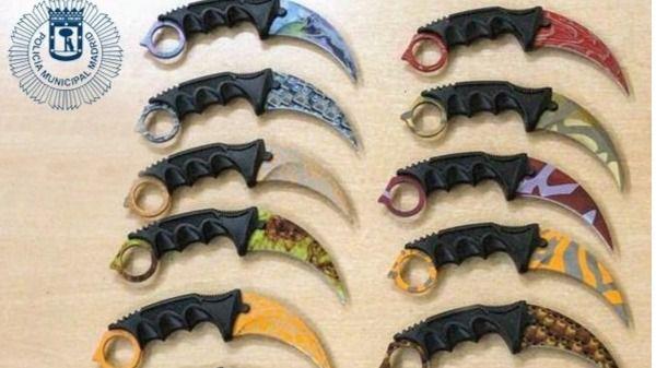 Cuchillos prohibidos llamados 'Karambit' incautados por la Policía