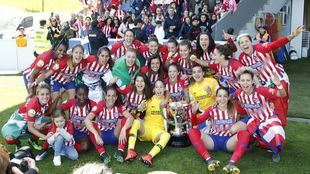 Las jugadoras del Atlético de Madrid Femenino celebran su tercer título de liga consecutivo.