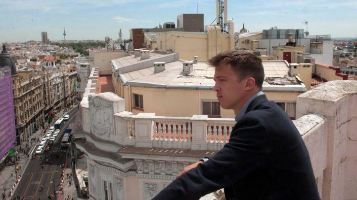 El candidato de Más Madrid a la Comunidad, Íñigo Errejón, visitó 'La Terraza de Gran Vía' de Constantino Mediavilla a solo tres días de que dé comienzo la campaña electoral.
