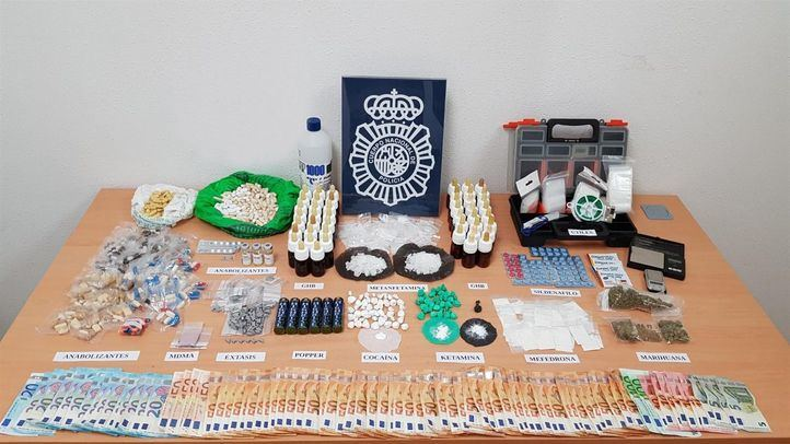 Dinero, drogas y útiles para su elaboración incautados por la Policía Nacional al desmantelar el punto de venta 'La Ventana'.