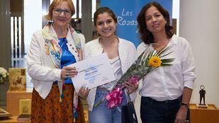 La ganadora del certamen junto a las organizadoras del Ayuntamiento de Las Rozas.