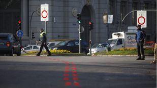 Policías controlan el acceso a Madrid Central.