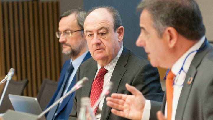 El presidente del Patronato de la Fundación Corell, Miguel Ángel Ochoa (en el centro), junto a los directores técnico y general de la patronal ASTIC, José Manuel Pardo (al fondo) y Ramón Valdivia (en primer plano).