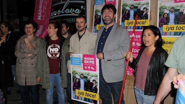 Carlos Sánchez Mato, Rommy Arce, Pablo Carmona y Montserrat Galcerán han arrancado campaña con la pegada de carteles en Puente de Vallecas.