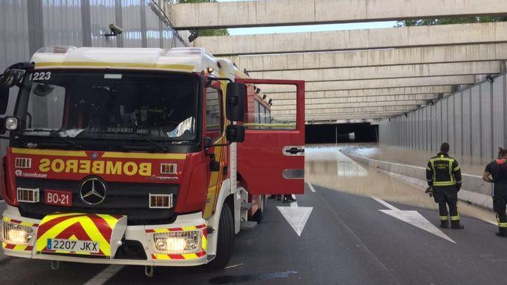 Los bomberos continúan con los trabajos de extracción de agua.
