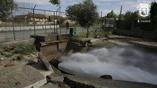 Rotura de  canalización de agua en la avenida Logroño, inundando el túnel de la M13.