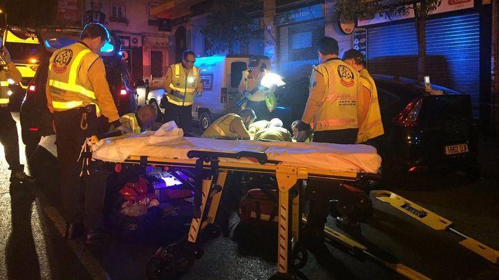 Los sanitarios atienden al hombre atropellado en Usera.