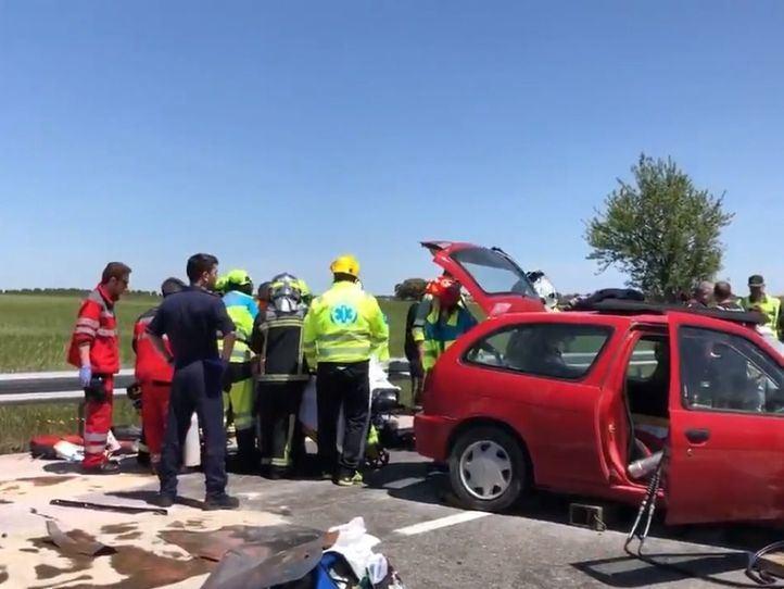 Herida grave una joven al quedar atrapada en su coche tras un accidente