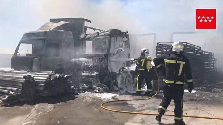 Un incendio calcina 15 vehículos en Loeches