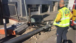 El coche ha perdido el control, arrollando a una mujer que caminaba por la acera.