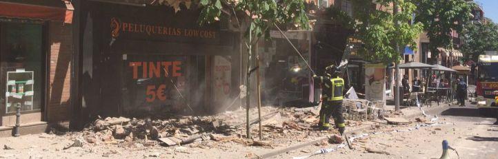 Desalojado un edificio cuya cornisa ha caído sobre tres viandantes