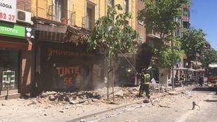 Zona en la que se ha precipitado la cornisa, con los bomberos ya en la calle.