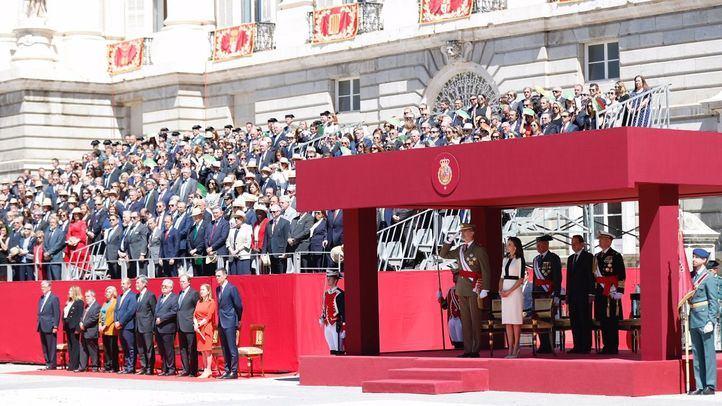 Sus Majestades los Reyes durante el desfile de la Guardia Civil