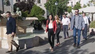Rocío Monasterio, candidata de Vox a la presidencia de la Comunidad de Madrid, en la Plaza de Pedro Zerolo rodeada de escoltas.
