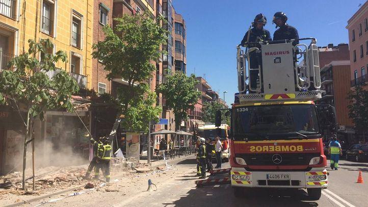 Los bomberos, actuando ayer en la zona en la que cayó la cornisa.