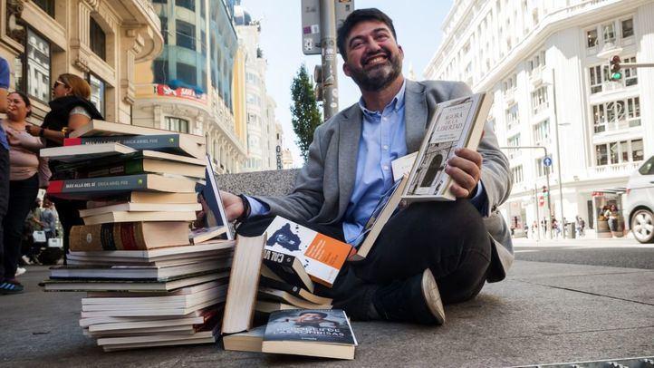 Sánchez Mato, además de católico, es un apasionado de la lectura. Aquí posa en la Gran Vía con una pila de libros.
