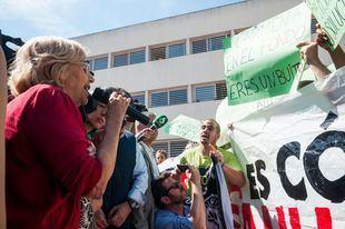 Escrache a Manuela Carmena en Moratalaz por parte de activistas antidesahucios.