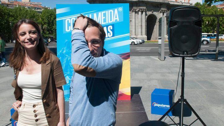 Andrea Levy y José Luis Martínez-Almeida, en la Puerta de Alcalá.