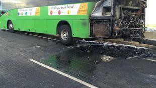 Fuertes retenciones en la A-1 tras incendiarse un autobús interurbano