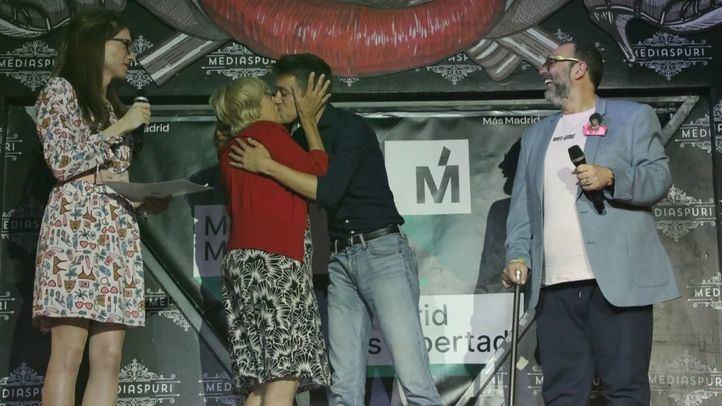 Así fue el beso de Carmena y Errejón