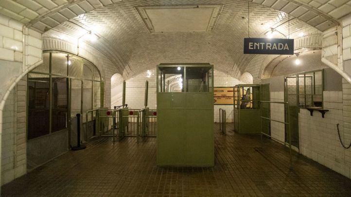 Entrada a la estación de Chamberí, con los tornos y cabinas originales.