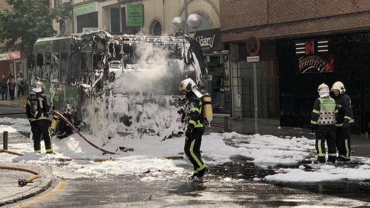 Arde un autobús interurbano en pleno centro de Las Rozas.