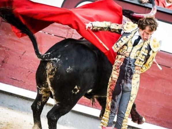 Una de las ajustadísimas manoletinas de Román a su primer toro