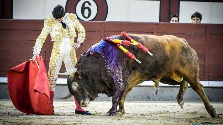 Uno de los relajados muletazos de Pablo Aguado al último toro de la tarde