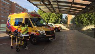 Entrada de urgencias del Hospital Clínico San Carlos, donde ha sido trasladado el herido.