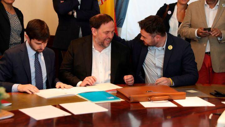 Oriol Junqueras conversa con Gabriel Rufián al firmar su acta de diputado.