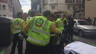 Sanitarios del Samur-Protección Civil, atendiendo al herido.