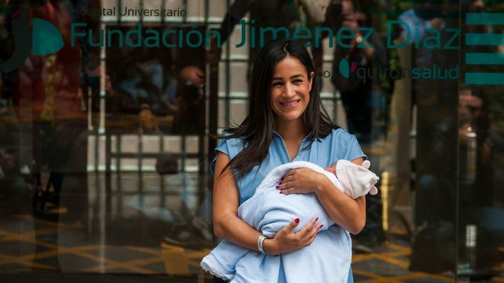 Begoña Villacís, saliendo del hospital con su hija en brazos.