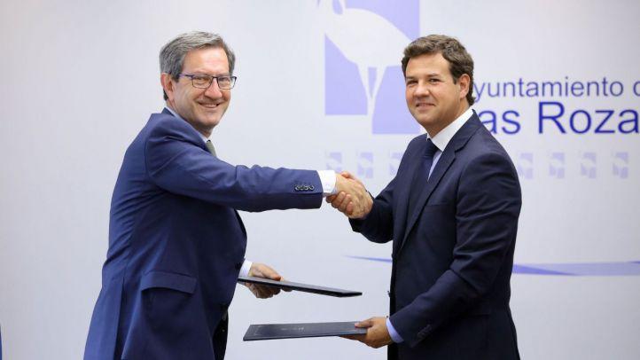 El alcalde de Las Rozas, José de la Uz, y un representante de Iberdrola firman el acuerdo.