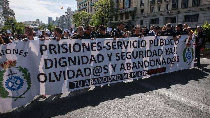 Los funcionarios de prisiones reciben apoyo de varios diputados en su protesta
