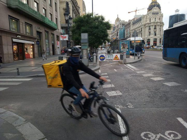 Cierra una parte del carril bici de Alcalá por un socavón