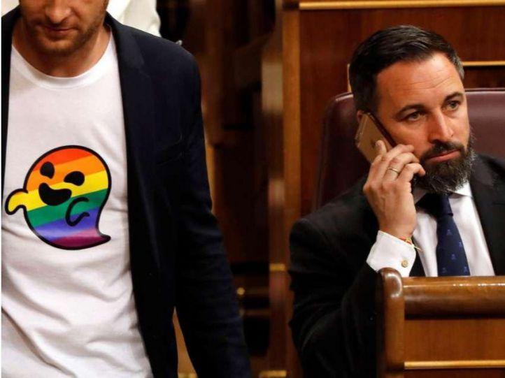 El diputado socialista Arnau Ramírez, con una camiseta con el fantasma LGTBI ideado por Vox para criminalizar al colectivo, pasa junto a Santiago Abascal en el Congreso.