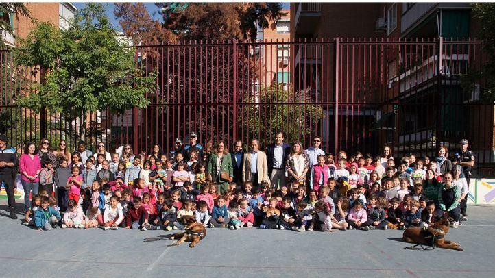Duque, el perro de la Unidad Canina de la Policía Local de Alcobendas, ayuda a alumnos con autismo a mejorar sus capacidades