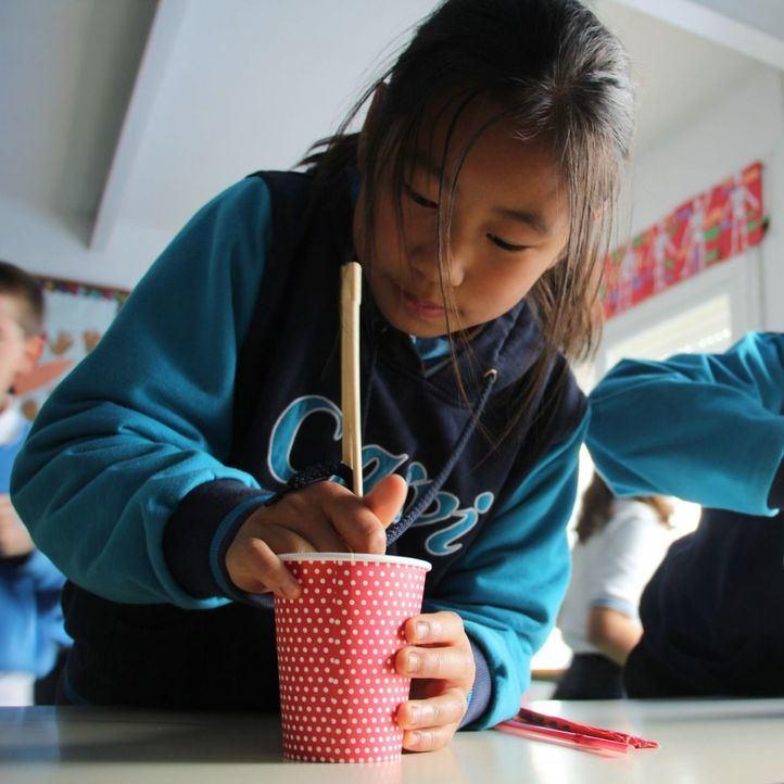 Las clases de chino estimulan la memoria y creatividad de los alumnos.
