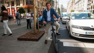 José Luis Martínez-Almeida, candidato del PP, montado en una bicicleta en la Gran Vía.