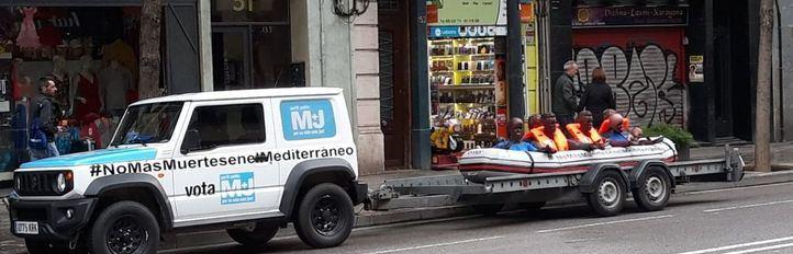 Lanchas de migrantes, remolcadas por las calles de Madrid
