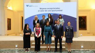 La reina, junto a las seis mujeres excepcionales, la ministra de Economía, el presidente de BBVA y el director general de la FMBBVA