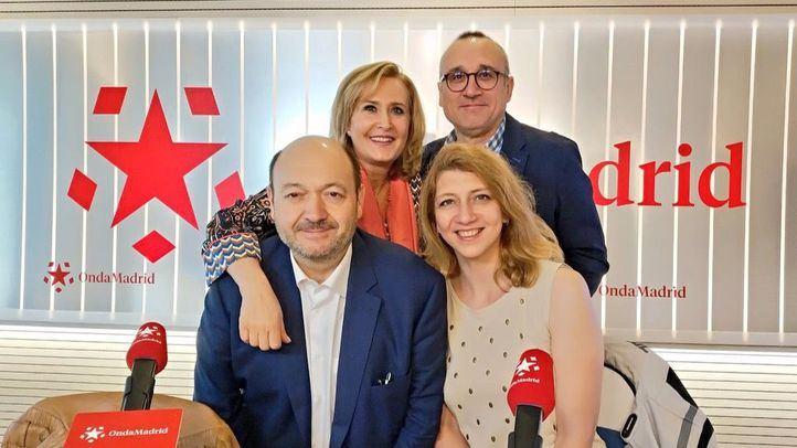 Nuria Platón y Ferrán Boiza junto a Nieves Herrero y Constantino Mediavilla en Com.Permiso