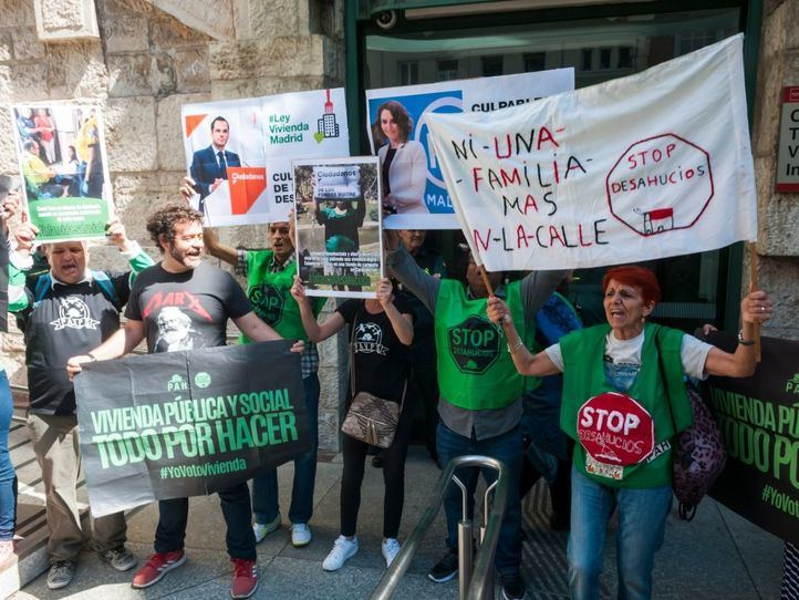 Protesta para exigir una ley de vivienda frente a la Consejería